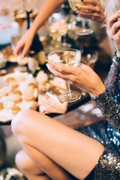 Was passiert, wenn Stylisten eine sehr glitzernde Silvesterparty planen? Christmas Party Food, Christmas And New Year, Holiday Parties, Xmas, Holiday Drinks, Holiday Fun, Christmas Time, Festive, Nye Party