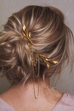 This luxurious hair comb with gold leaves and chains is very popular as wedding hair accessory this year! Can be made in 3 color options - rose gold, gold or ivory. Size of 1 hair comb: inches Wedding Hair And Makeup, Wedding Hair Accessories, Bridal Hair, Hair Makeup, Bridal Headpieces, Rustic Bridesmaids Gifts, Bridesmaid Gifts, Bridesmaid Makeup, Luxury Hair