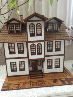 Bu maket ev, Kastamonu şehrindeki Sinan Bey Konağı'nın aslına uygun olarak eşim Mehmet Kadıoğlu tarafından 2010 yılında yapılmıştır.
