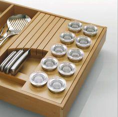 Galería de complementos para organizar los cajones de la cocina, como este ingenioso especiero-cuchillero. Web preciosa en general!!
