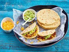 Alun perin meksikolaiset tacot olivat pehmeitä. Pehmeiden tacolettujen tekeminen ei ole vaikeaa. Tarvitset vain kaulimen ja valurautapannun. Tacot kypsyvät... Salmon Burgers, Cheddar, Avocado Toast, Koti, Breakfast, Ethnic Recipes, Morning Coffee, Cheddar Cheese
