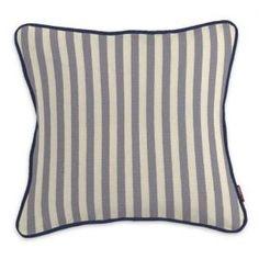 Diese Kissenhülle bringt durch ihre klassischen grauen Streifen und die kontrastierende marineblaue Paspel elegante Gemütlichkeit auf Dein Sofa.