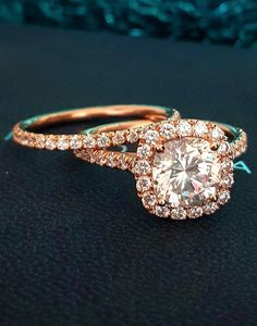 We love a rose gold engagement ring set from @diamondmansion