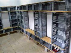 A partir de los cajones de fruta de plástico podemos montar un cómodo y económico vestidor con espacio de almacenaje de sobra. ¡Fijaos!