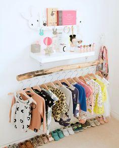 quarto montessoriano com arara de roupas