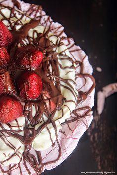 Strawberry Chocolate Cream Cheese PAVLOVA http://flavoursandfrosting.blogspot.com.es/2014/08/strawberry-chocolate-cream-cheese.html #pavlova #pavlova_recipes #strawberry_pavlova