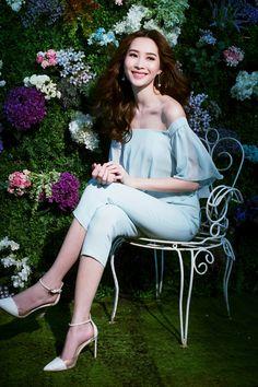 Cứ đến hè là sao Việt lại thích khoe trọn vai trần trong những thiết kế trễ vai mong manh Lee Sung Kyung, Big Star, Off Shoulder Blouse, Asian Girl, Actresses, Fashion Outfits, Model, Beauty, Tops
