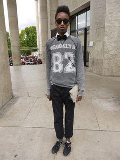 Street Style - Semana de moda de Paris: calça Levi's, moletom Benetton, clutch e camisa Zara e gravata Armand Thiery