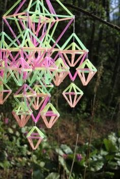A summery himmeli Straw Art, Diy Straw, Straw Decorations, Rainbow Decorations, Drinking Straw Crafts, Paper Chandelier, Straw Weaving, Construction Paper Crafts, Mobiles