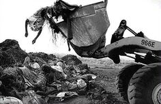 By Sebastião Salgado Essa foto é de arrepiar, reparem que são corpos de pessoas empilhadas e sendo tratadas como um lixo
