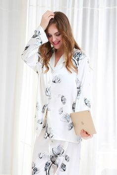 Oriental ink painting with lotus provides a peaceful experience after the whole-day activities. Classic design and perfect cut reveals elegant taste and beauty. | LilySilk #Pajamas Set With Lotus Patterns