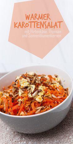 Warmer Karottensalat mit Hirtenkäse, Thymian und Sonnenblumenkernen. Vegetarisch, Low Carb, wenige Kalorien und super einfach! Richtig lecker.