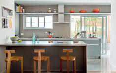 Espaço na cozinha nunca é demais. Uma prateleira no alto é o lugar perfeito para guardar livros de receitas, panelas e até a coleção de rolhas, como no projeto do escritório SAO Arquitetura