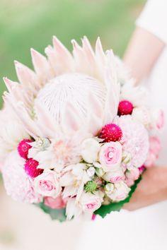 Romantisches Hochzeitsvergnügen auf Burg Schwarzenstein von Hilal & Moses Photography Flowers by Das Kopfwerk #protea #wedding #bouquet #hochzeit #pink #rosa #hochzeitsblumen