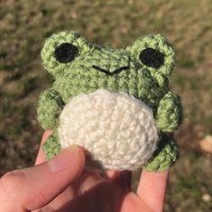 Crochet Frog, Kawaii Crochet, Cute Crochet, Diy Crochet Projects, Crochet Crafts, Crochet Toys, Clay Projects, Crochet Designs, Crochet Patterns