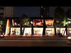 Mercedes-Benz Connection (東京、港区六本木7丁目)のMovie Wall。  壁全体に映像が流れています。 これからは、「どこでもスクリーンの時代」。