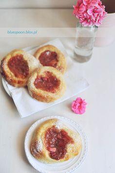 Drożdżówki z rabarbarem na piknik i wycieczkę No Bake Desserts, Dessert Recipes, Brioche Recipe, Rhubarb Recipes, Farmers Market, Delish, Berries, Easy Meals, Food And Drink