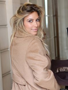Kim Kardashian Goes Blonde - Makeover or Makeunder? - Long-time-no-see Kim Kardashian and her new blonde hair were spotted in Paris yesterday, rocking a long beige coat paired with leggings and boots. Kim Kardashian, Kardashian Dresses, Kardashian Fashion, Kardashian Family, Ombre Blond, Blonde Balayage, Kim K Blonde, Brown Hair Cuts, Brown Skin