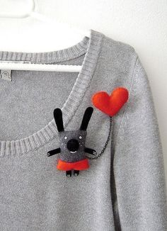 Cute brooch for plain sweaterDiscover thousands of images about BrochesI have a Red Heart - double broochI want one of these, sooooo.Your place to buy and sell all things handmade Fabric Brooch, Felt Brooch, Felt Fabric, Textile Jewelry, Fabric Jewelry, Brooches Handmade, Handmade Toys, Felt Diy, Felt Crafts