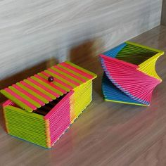 #palitodepicole #jeiltonbem #facavocemesmo #DIY #artes #artesanato #palitodesorvete #eusouartesao #artesustentavel #fei... Ice Lolly Stick Crafts, Popsicle Stick Crafts For Adults, Popsicle Stick Crafts For Kids, Diy Crafts For Gifts, Diy Home Crafts, Diy Arts And Crafts, Creative Crafts, Craft Stick Projects, Craft Stick Crafts