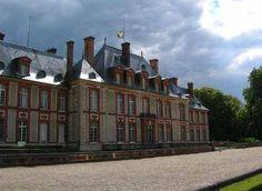Chateau de Breteuil, Yvelines. Abierto al público, presenta obras de teatro relacionadas con la vida y la historia del castillo, con estatuas de cera y autómatas realizados por Janie y Armand Langlois .