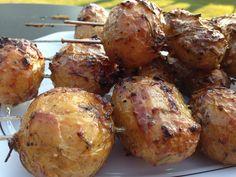 Zutaten (für 4 Portionen) 500 g kleine Kartoffeln 2 Knoblauchzehen 4 Zweige Rosmarin 50 ml Öl Salz und Pfeffer 2 Spritzer Zitronensaft 1 EL Honig 1 EL Senf Die Kartoffeln gut abwaschen und ungeschä…