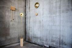 הפרויקט של רוני שלמון: שלושה שעוני אורלוגין בקווים מודרניים, מעץ ופליז. לכל אחד מהם תנועה שונה וצליל שונה - שמופק אחת לשעה (באדיבות HIT  מכון טכנולוגי חולון)