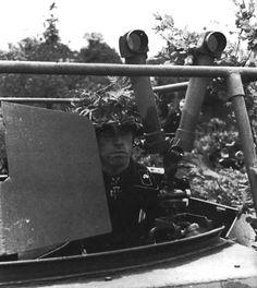 L'Oberleutnant Karl Rossmann dans un Sdkfz 250 des transmissions, commandant le premier bataillon du Panzer Regiment « HG »