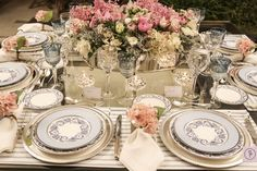 Pale blue and ink table decor! Sophisticated and delicate ♥