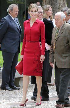Letizia. Vestido de Felipe Varela bordado en hilo. Cartera de Adolfo Domínguez y zapatos de piel de cocodrilo de Magrit.