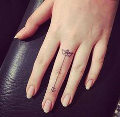 una barco de papel y ancla en el dedo