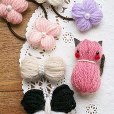 【毛糸モチーフ作品】①リボン ②お花 ③チョウチョ ④動物 毛糸をグルグル巻いて結ぶだけ!簡単に出来ちゃう「基本パーツ」。 この「基本パーツ」を使って、女の子が大好きな①リボン、②お花、③蝶々、④動物(今回はネコをご紹介)の4つの毛糸作品が手軽に作れます♪ ヘアゴム、バレッタ、シュシュ、ブローチに。アイディア次第でいろいろ使えます!可愛い毛糸アクセサリーに仕上げてくださいね。