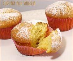 Cupcake alla vaniglia: morbidissimi dolcetti burrosi monoporzione al sapore di vaniglia, da decorare come più vi piace o spolverati di zucchero a velo !