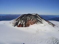 volcán Mocho Choshuenco que actualmente está inactivo y se caracteriza por tener dos conos volcánicos, uno que está formado por un antiguo c...