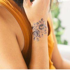 10 schöne Blumentattoos für Ihr Handgelenk 10 beautiful flower tattoos for your wrist Many people have beautiful floral designs for their body tattoos. Do you have a flower tattoo on your wrist? Tattoo Life, Lady Bug Tattoo, 1 Tattoo, Piercing Tattoo, Tattoo Quotes, Bloom Tattoo, Deer Tattoo, Tattoo Fonts, Wrist Tattoos For Women