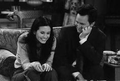 monica ross i chandler bing Chandler Friends, Tv: Friends, Serie Friends, Friends Scenes, Friends Cast, Friends Moments, Friends Forever, Monica Friends, Chandler Bing