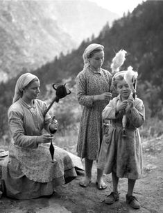 from Athina Tsitouridou Greece Pictures, Old Pictures, Old Photos, In Ancient Times, Ancient Art, Spinning Wool, Hand Spinning, Greece Photography, Fourth World