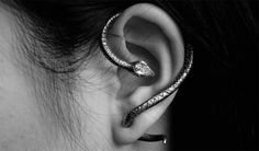 Love this snake slithering around the ear. Jewelry for the whole ear