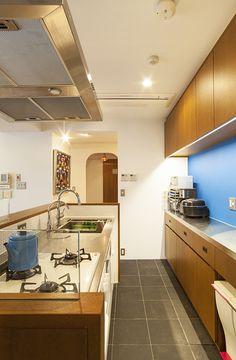 キッチンの青は、木目をきれいに見せるため