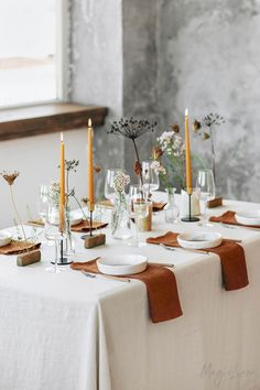 Inspiring Thanksgiving Table Settings With Thanksgiving just around the corner, it's the perfect time to start planning your dinner table set-up. So we are sharing 10 inspiring ideas to help you set your table in style! Thanksgiving Table Settings, Thanksgiving Tablescapes, Fall Table Settings, Thanksgiving Crafts, Thanksgiving Decorations, Christmas Decorations, Linen Napkins, Napkins Set, Dinner Table Set Up