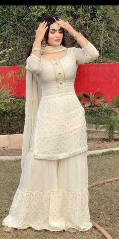 Party Wear Indian Dresses, Pakistani Fashion Party Wear, Designer Party Wear Dresses, Indian Bridal Outfits, Dress Indian Style, Indian Fashion Dresses, Indian Designer Outfits, Indian Bridal Party, Pakistani Fashion Casual