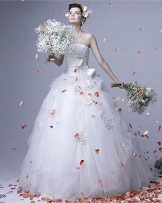 Dettagli inusuali dagli archivi di Vogue sposa (ab Vera Wang  RS Couture) www.tosettisposa.it #abitidasposa2015 #wedding #weddingdress #tosetti #abitidasposo #abitidacerimonia #abiti #tosettisposa #nozze #bride #modasottolestelle #agenzia1870 #alessandrotosetti #domoadami #nicole #pronovias #alessandrarinaudo# realtime #l'abitodeisogni #simonemarulli #aireinbarcellona #rosaclara'#airebarcellona # زواج #брак #فساتين زفاف #Свадебное платье #حفل زفاف في إيطاليا #Свадьба в Италии