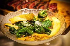 Plato de verduritas con pimientos. Entre sus ricas carnes también es posible encontrar opciones para vegetarianos