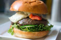 De Meester Biefburger van @theburgertimes kun je gewoon zelf thuis maken! http://vrijdagburgerdag.nl/recepten/burgerrecepten/recept-meester-biefburger-van-de-burgermeester/…