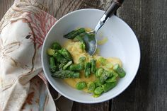Easy Recipe: Fava Bean and Asparagus Over Polenta Eating Well, Clean Eating, Healthy Eating, Asparagus Dishes, Vegetarian Recipes, Healthy Recipes, Fava Beans, Learn To Cook, Polenta