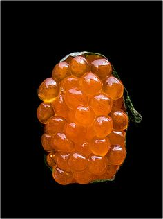 Ikura Sushi (nama sujiko, raw salmon roe sacs) - Poissons - Un Art du Japon - Photography by Richard Haughton. Raw Salmon, Salmon Roe, Salmon Eggs, Sushi Love, Art Japonais, Sushi Rolls, Caviar, Sashimi, Gourmet