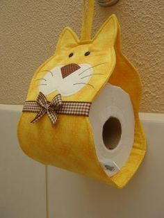 Dicas de Artesanato para Banheiro Toilet Paper Origami, Diy Toilet Paper Holder, Small Sewing Projects, Sewing Hacks, Sewing Crafts, Cat Quilt Patterns, Kitchen Paper Towel, Craft Videos, Crafts To Sell