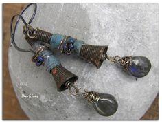 Boucles d'oreille tribales,ethniques~Sorcellerie~cône métal oxydé,rocaille sur soie délavée et labradorite : Boucles d'oreille par rare-et-sens