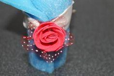 https://flic.kr/p/Bx4L4A | VELA ENROLLADA AZUL | Vela enrollada azul, decorada con una rosa roja de fieltro y una cinta blanca. Con aceite esencial 100% natural de lavanda. Tamaño: 45 x 95 mm.  Artesanal.  También en:  www.ilmiomondoincera.com