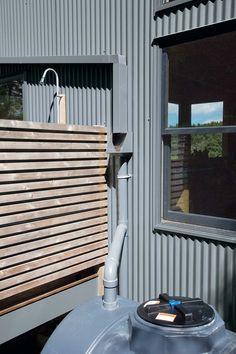 Дом выполнен в простых деревянных конструкциях. У него есть четыре солнечные батареи и система сбора дождевой воды, которая используется для хозяйственных и санитарных целей.
